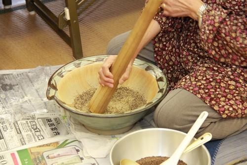 えごまをすり鉢で擂る